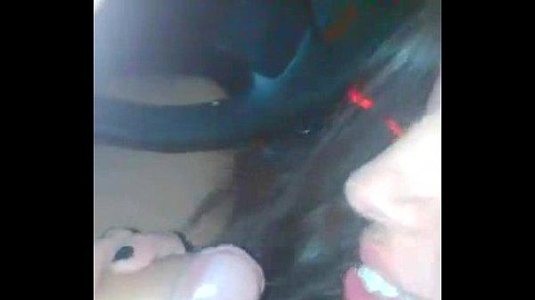 Novinha em sexo oral e Bebendo porra dentro do carro